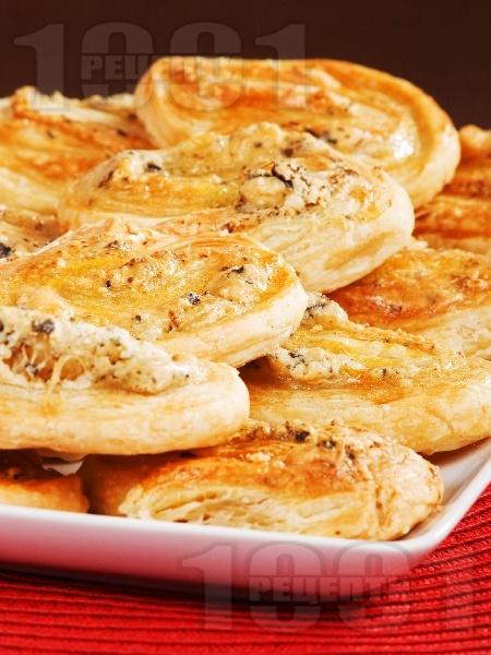 Бутер парти хапки със сиренца и босилек - снимка на рецептата